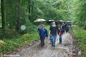 Les randonneurs s'approchent du cordon de gardes - © Sentiers.be