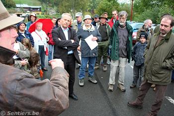 Avant le départ de la « rando-manifestation », les parties exposent leurs positions - © Sentiers.be