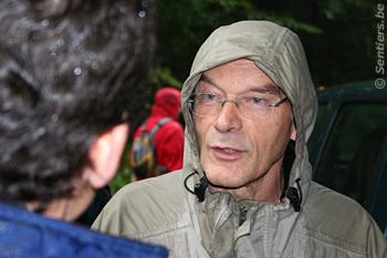 L'échevin floreffois Albert Mabille fait partie des randonneurs et discute avec le prince d'Arenberg - © Sentiers.be