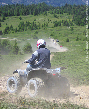Le quad : une mode tapageuse et destructrice des chemins - © Mountain Wilderness