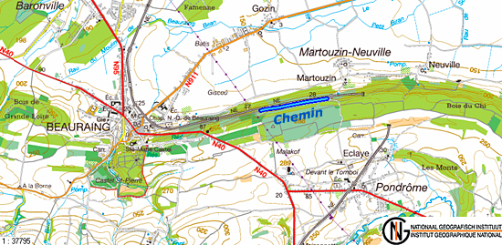 Le chemin longe la ligne de chemin de fer en surplomb et permet de relier Martouzin à Beauraing.