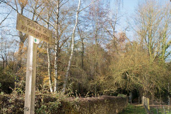 Le sentier N°52 à Wastines conduit au presbytère. Celui-ci n'est accessible que pas trois sentiers et ruelles.