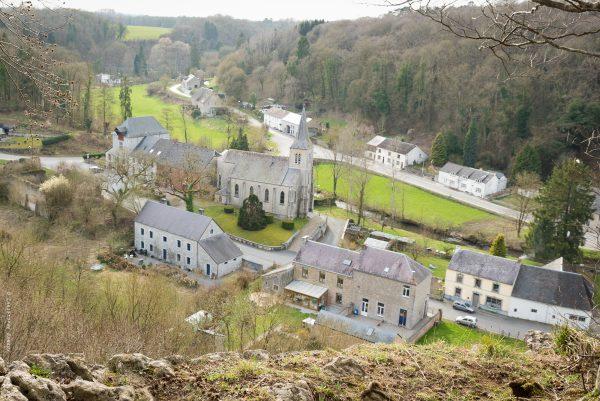 Le village de Lompret (Chimay) vu de l'ancien fort romain accessible par un petit sentier passant entre deux maisons.